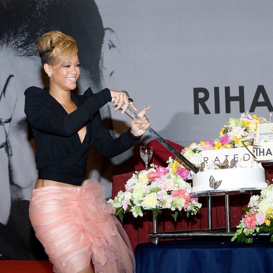 Rihanna con su gran pastel.