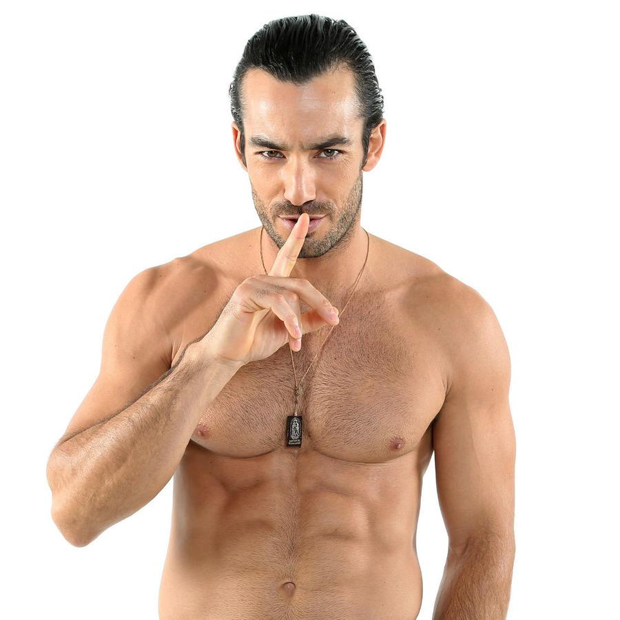 Aarón Díaz posando sin camisa