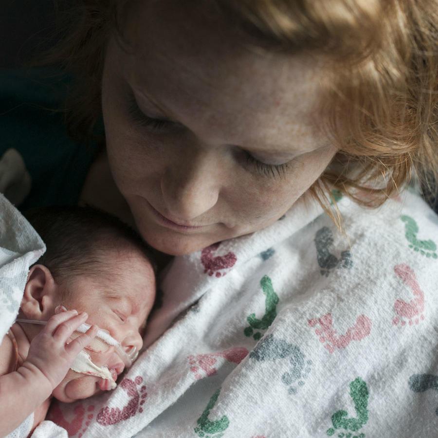 Mujer sosteniendo a su bebé