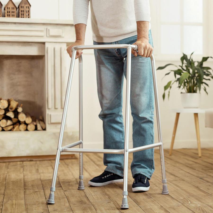 Hombre con problemas para caminar