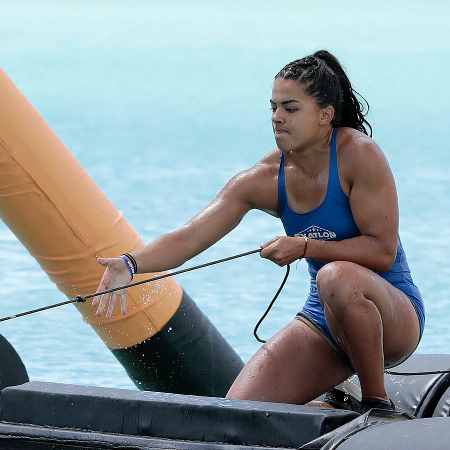 Melanie jala cuerda en el circuito sobre el mar Caribe