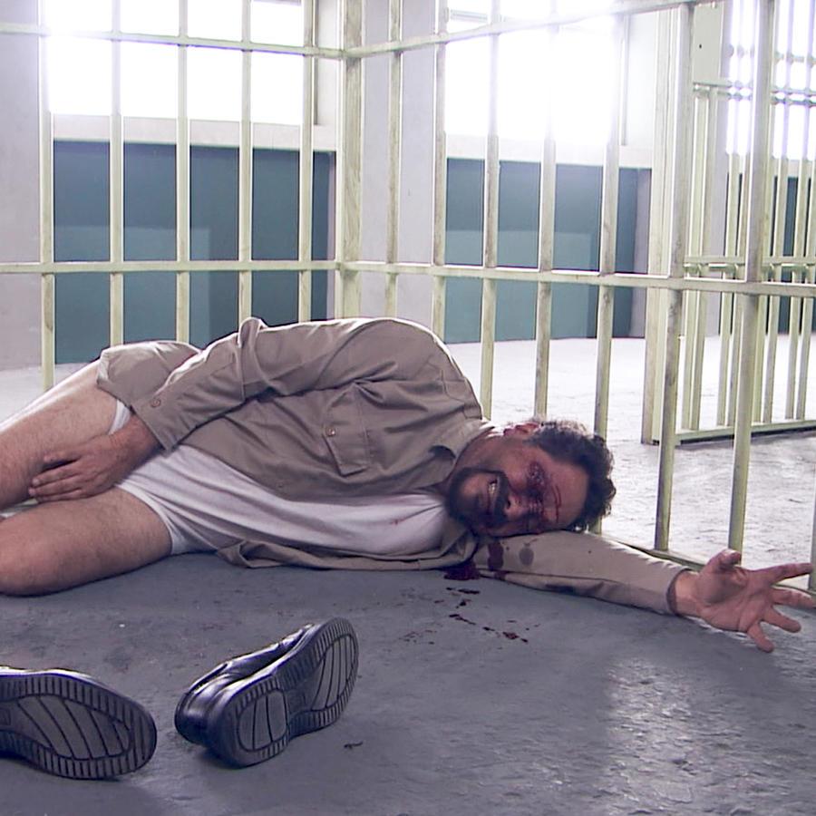 Javier Díaz Dueñas es Radamés Echeverría violado en Los Miserables