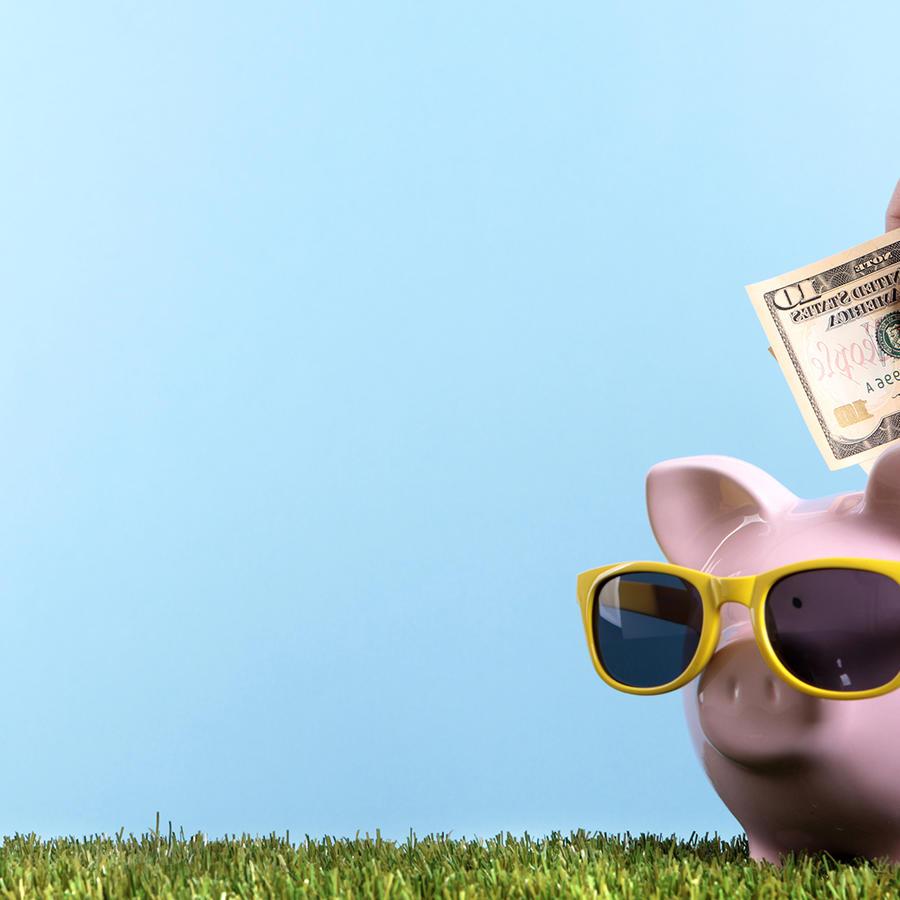 Mano con dinero ahorrando en un chancho