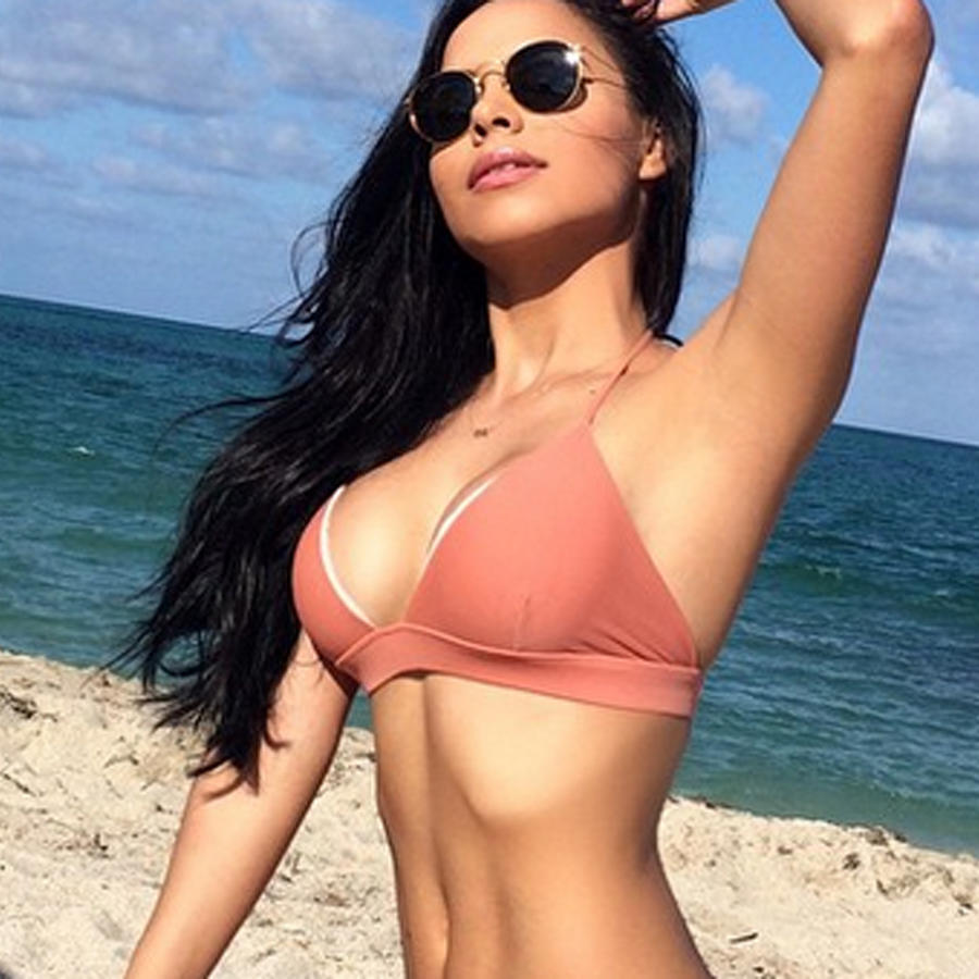 Lisa Morales en la playa