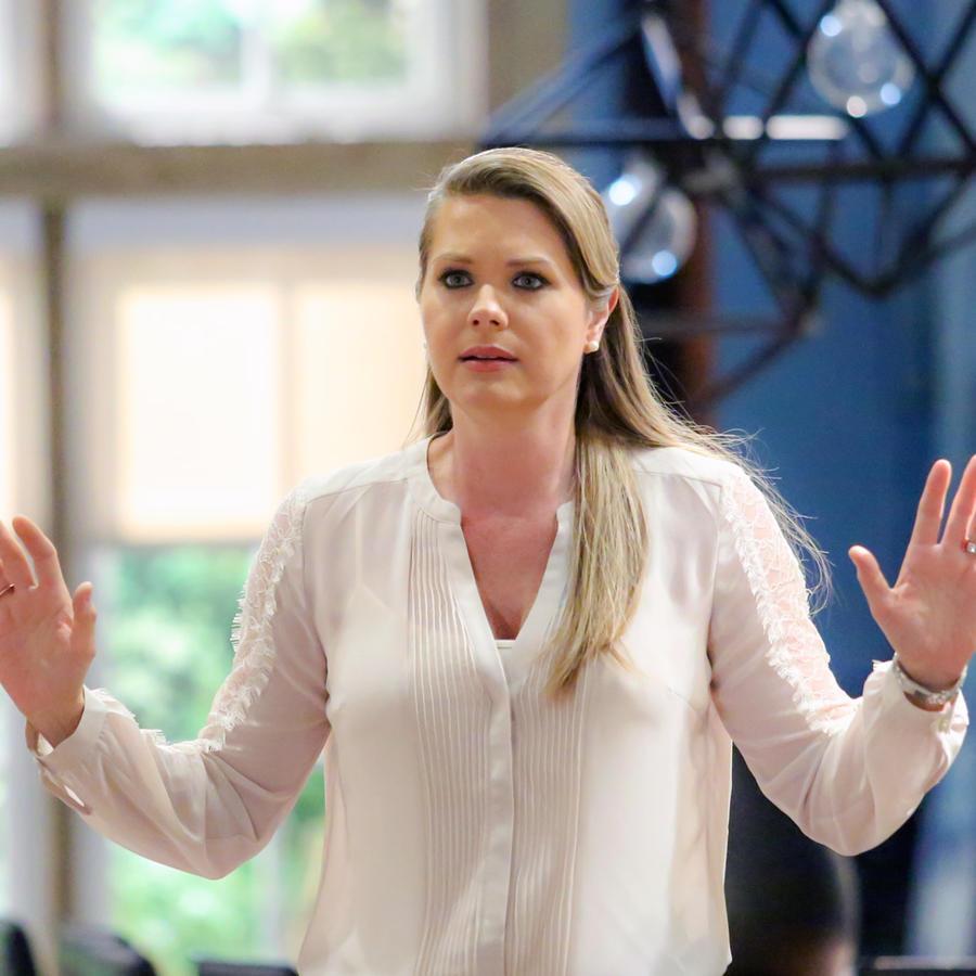 Sonya Smith con las manos arriba en Tierra de Reyes