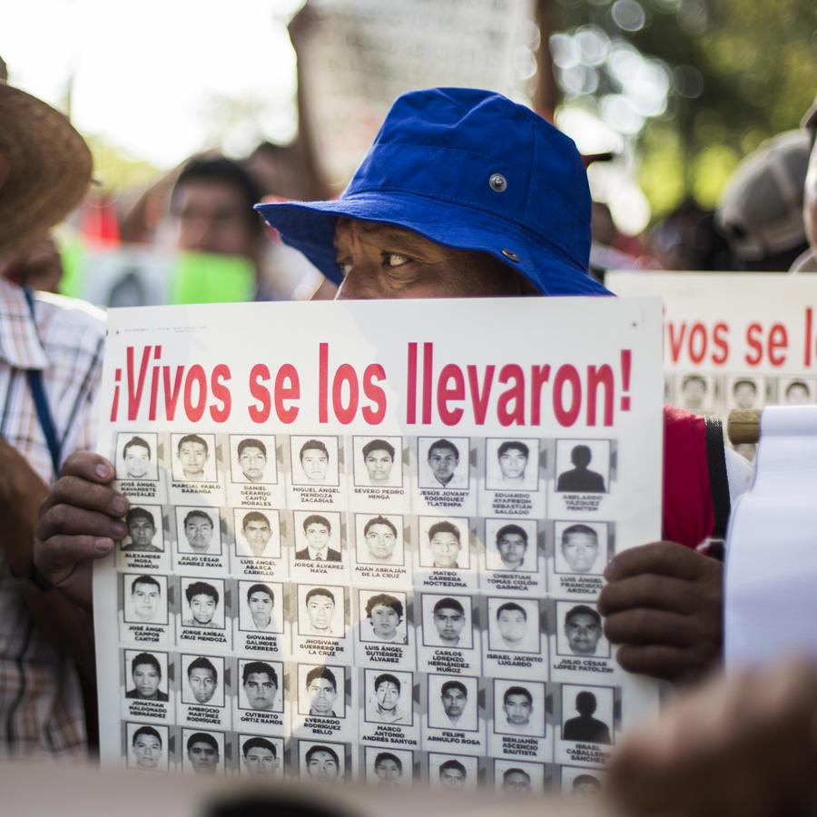 Marchan por la desaparición de los 43 estudiantes de Ayotzinapa