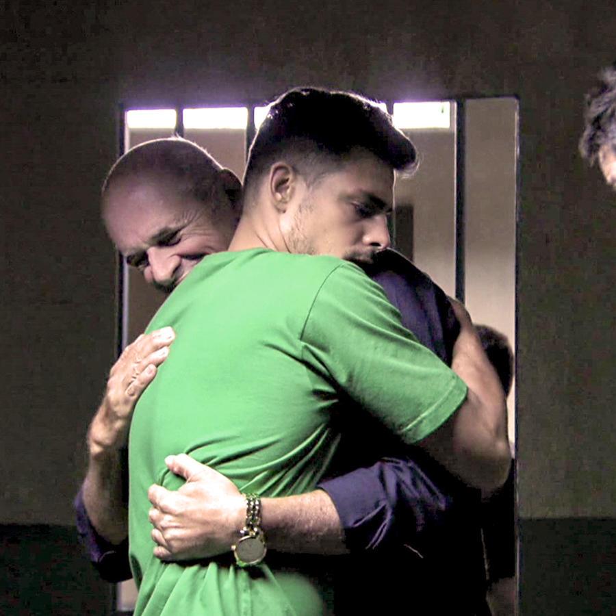 Caua Reymond abrazando a Marcos Caruso