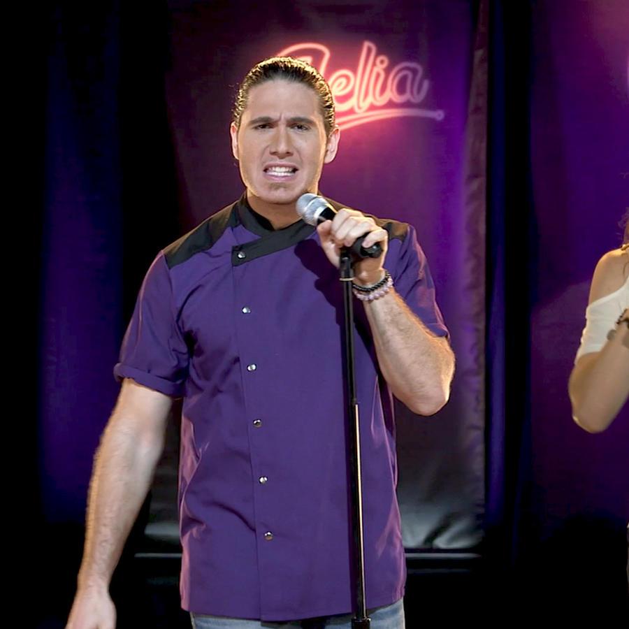 El Chef James y Kendra Santacruz cantando canciones de Celia Cruz