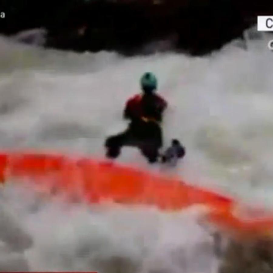 Bombero salta sobre kayak en rescate