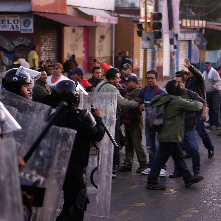 maestros y policias se enfrentan