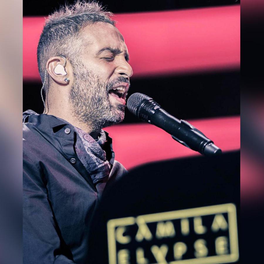 hombre cantando frente a microfono