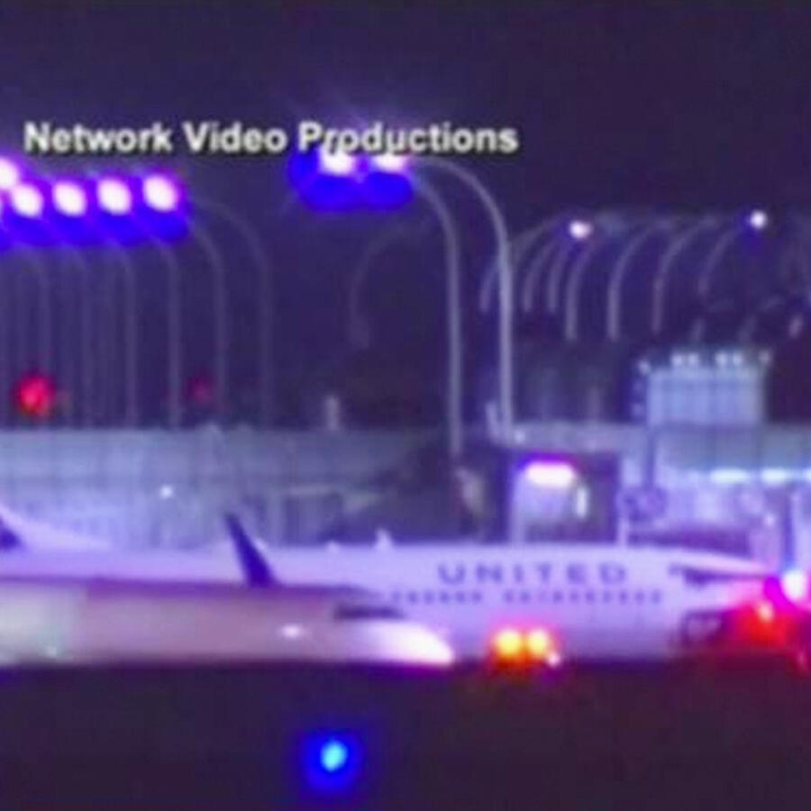 camion con combustible choca contra avion