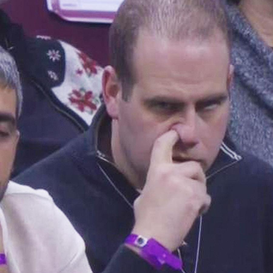 hombre rascandose la nariz