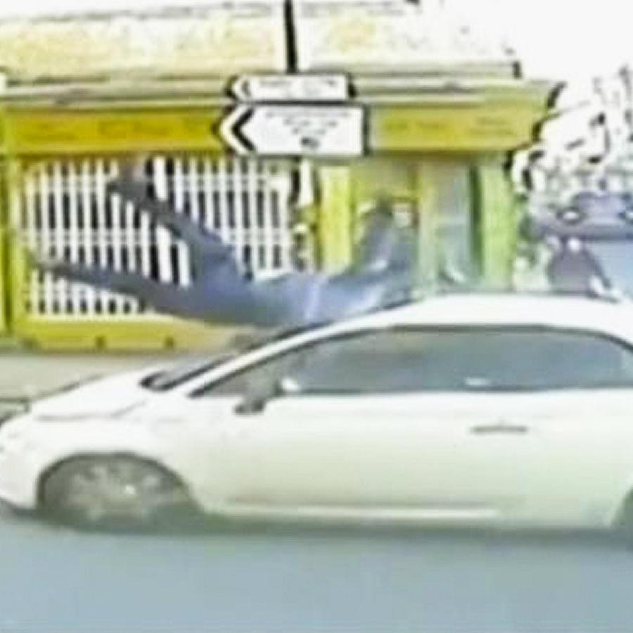 auto atropella a peaton