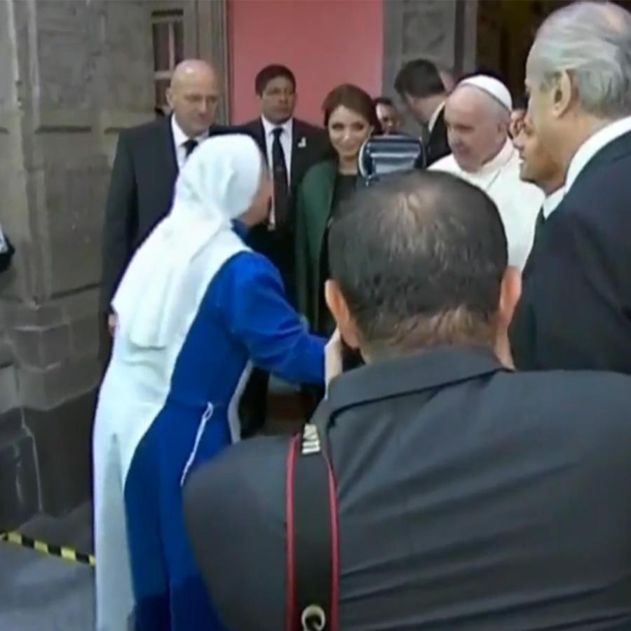 Monja saluda al Papa Francisco