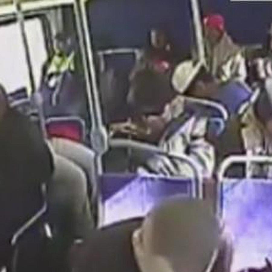 joven se inyecta heroina en autobus