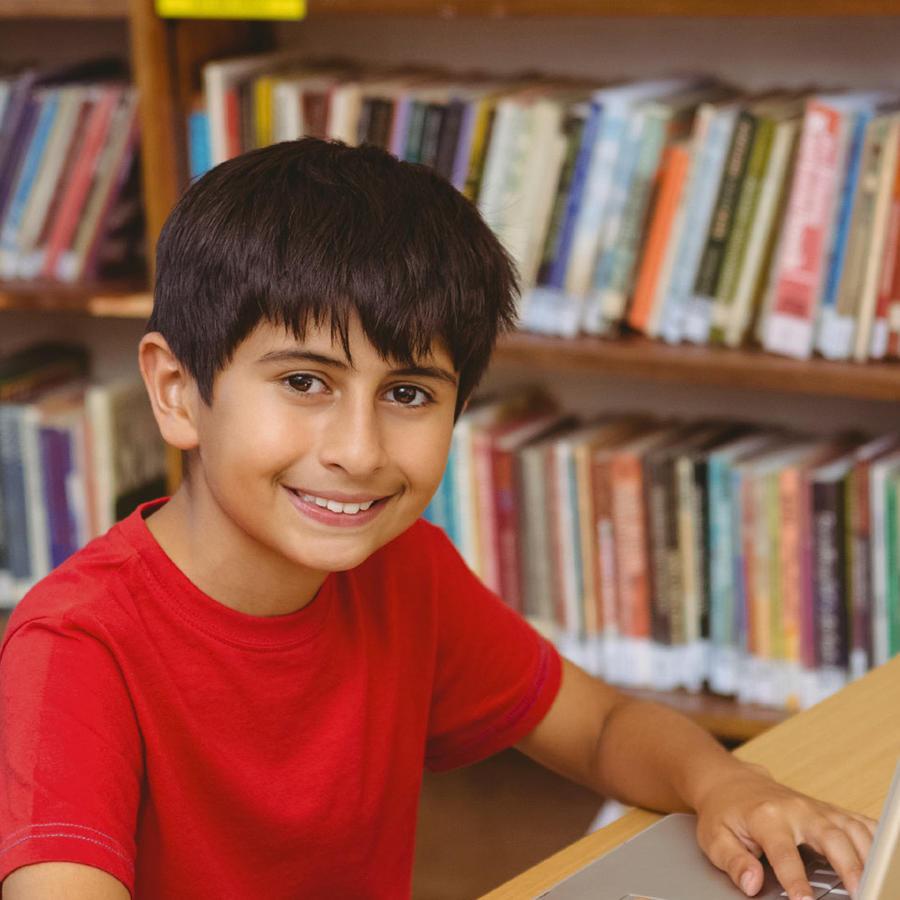 niño hispano en biblioteca