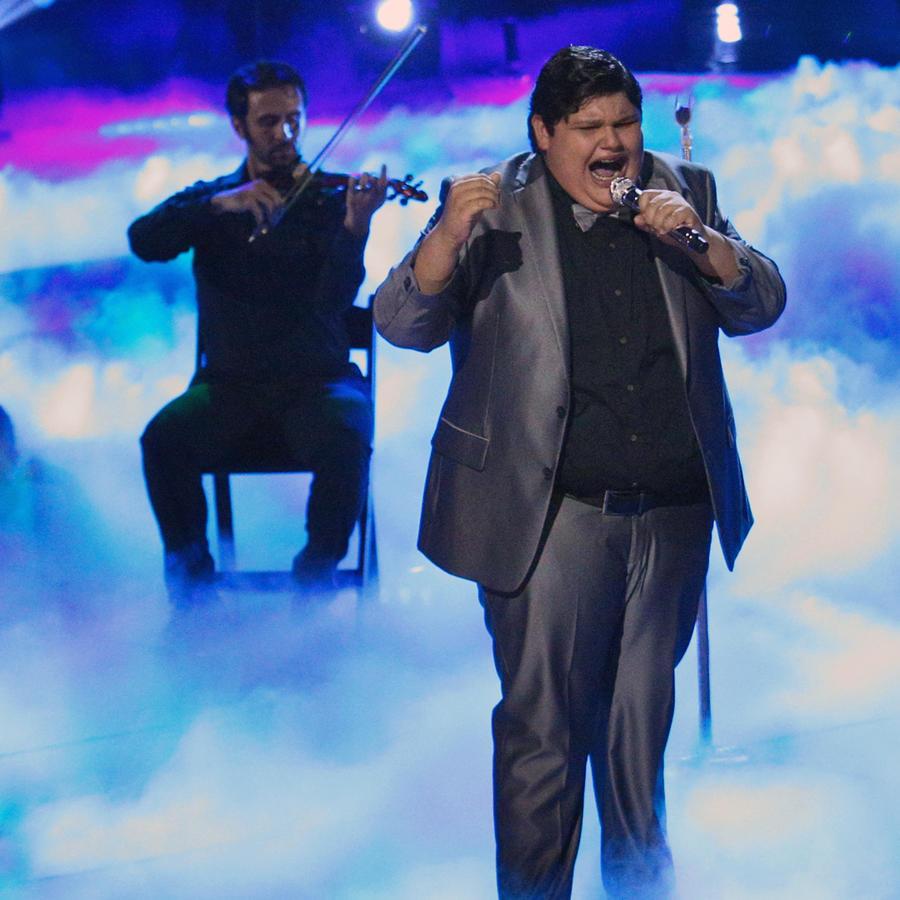 Christopher cantando en la semifinal de La Voz Kids