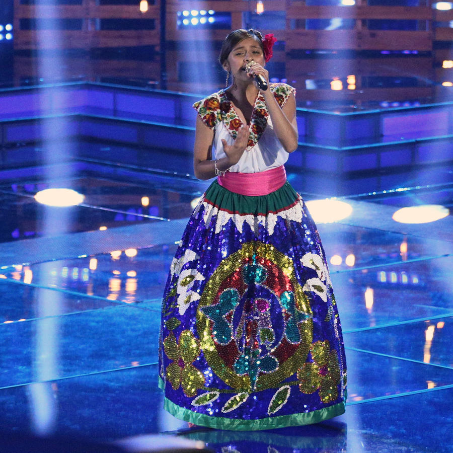 Magallie cantando en la final de La Voz Kids