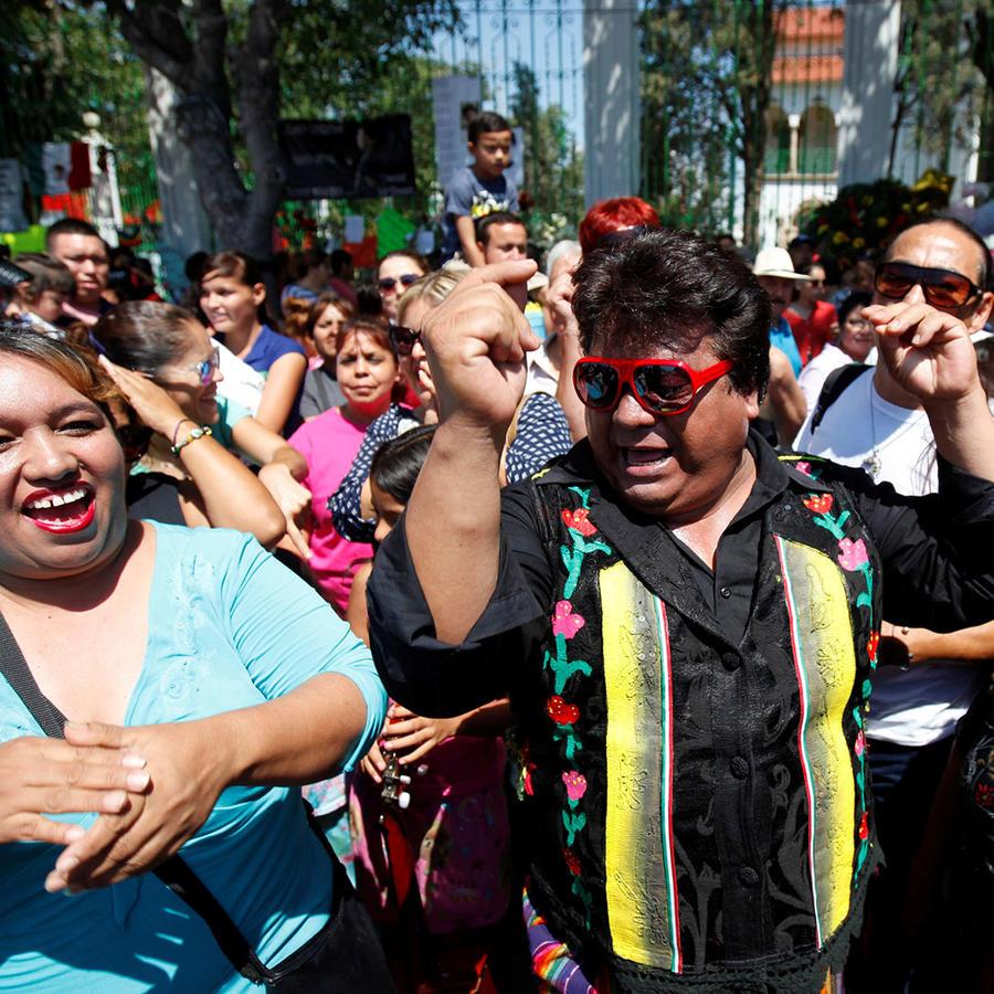 El pueblo espera a Juan Gabriel