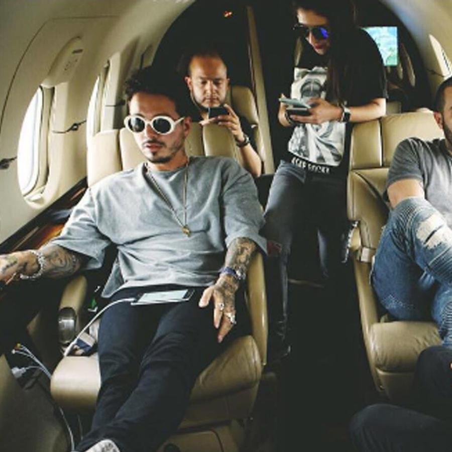 jbalvin en su avión privado