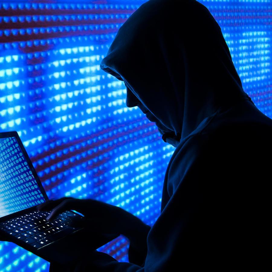 La foto representa un supuesto pirata cibernético