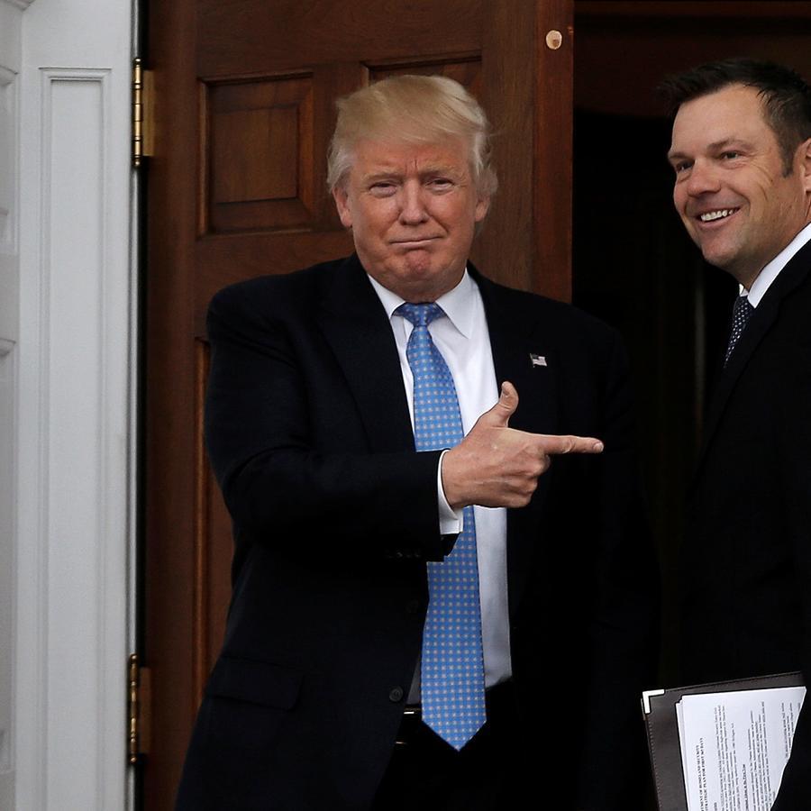 El presidente Donald Trump y el ahora ex secretario de estado de Kansas, Kris Kobach, en New Jersey en noviembre del 2016