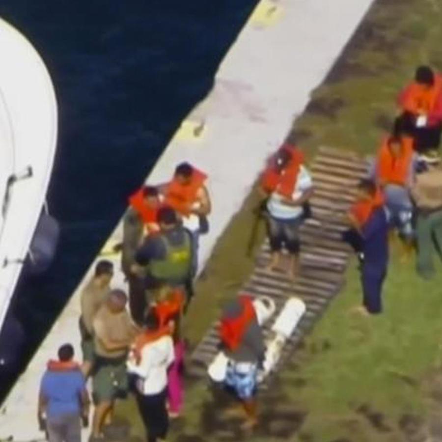 Balseros cubanos en la costa para embarcar a EEUU.