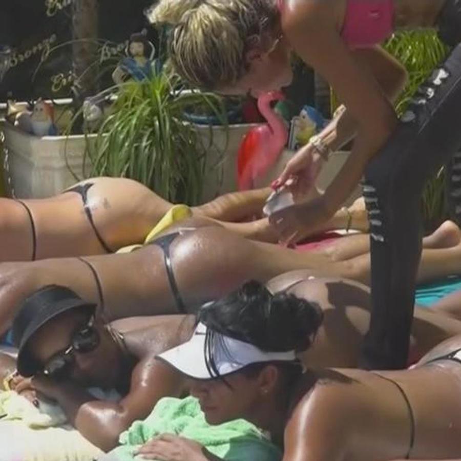 asoleandose en bikini