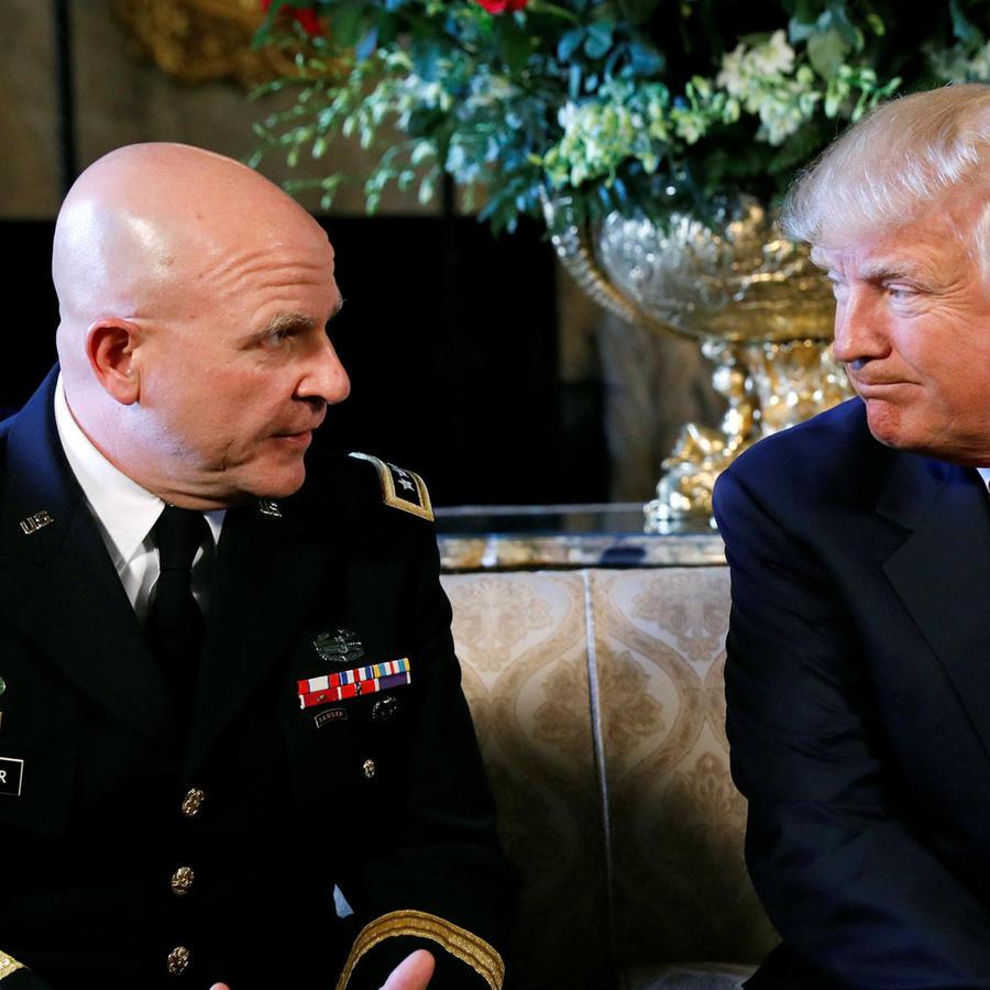Donald Trump y el Teniente General McMaster, al momento de su nombramiento como Consejero de Seguridad Nacional.