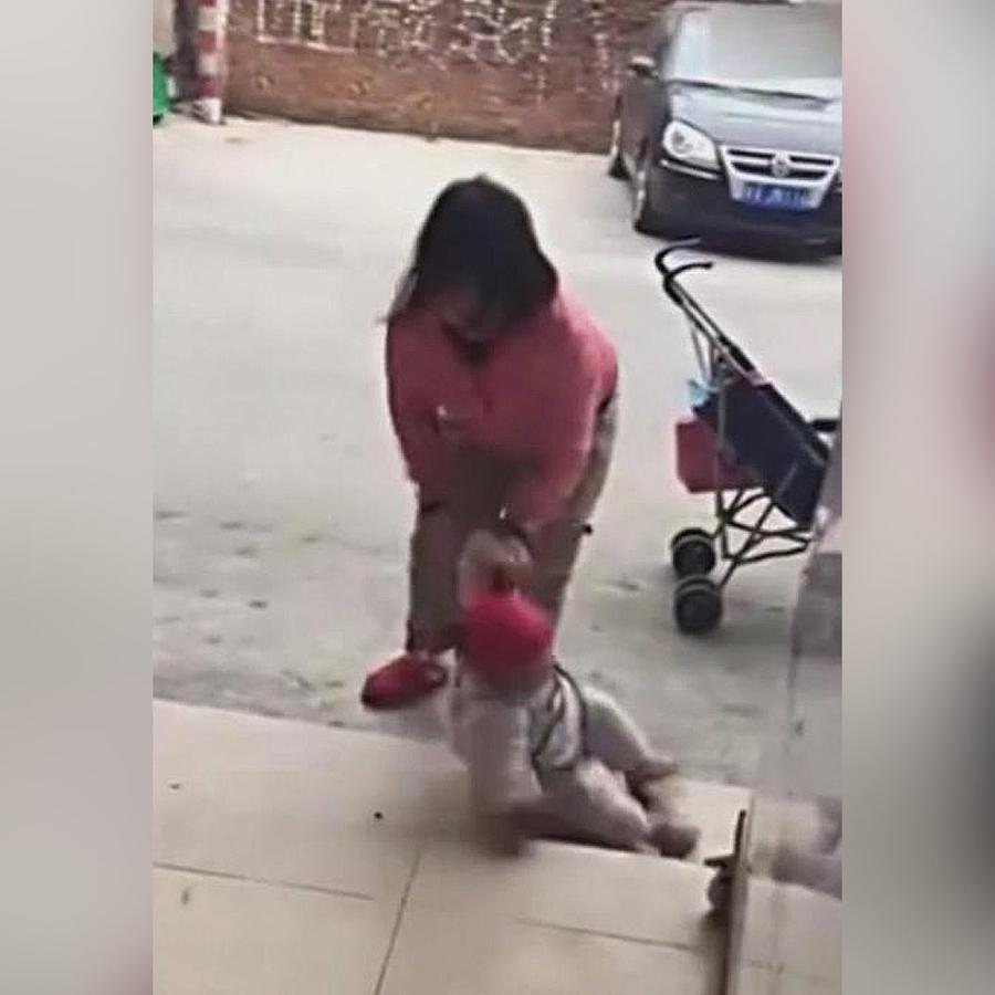 mujer patea a su hija