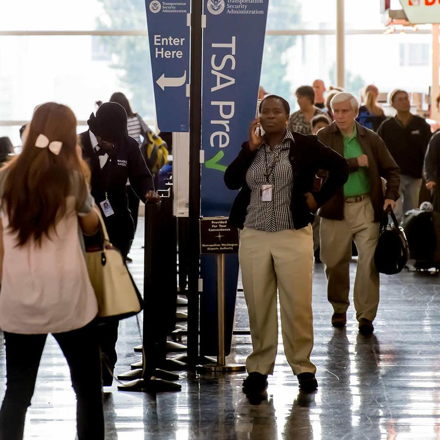 TSA refuerza criterios de registro a pasajeros en los aeropuertos