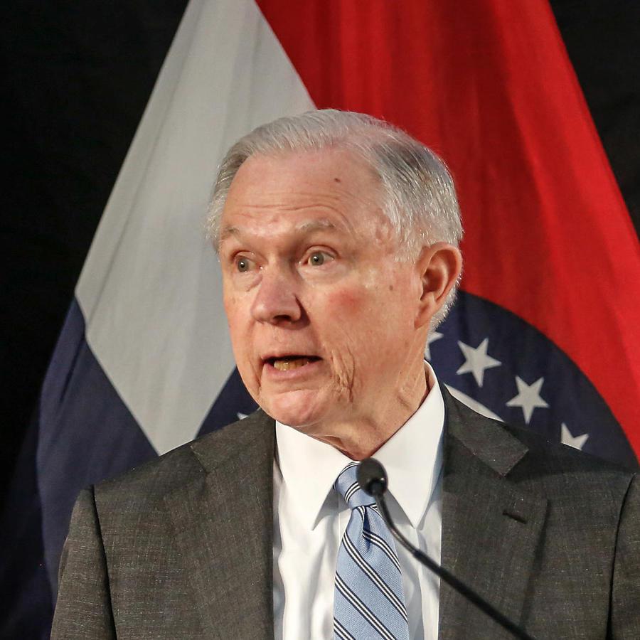 El fiscal general de EEUU, Jeff Sessions, se dirige a oficiales de la policía en la corte Thomas Eagleton en Saint Louis, Missouri el 31 de marzo del 2017.