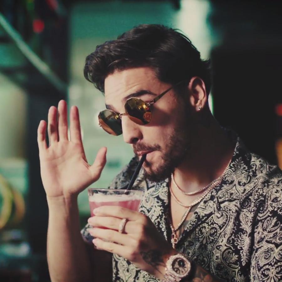 Maluma mezclando bebida