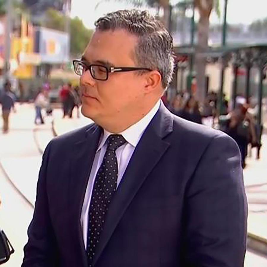 Álex Gálvez, abogado de inmigración, nos explica los peligros de viajar sin papeles