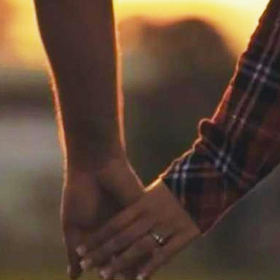 pareja tomada de las manos
