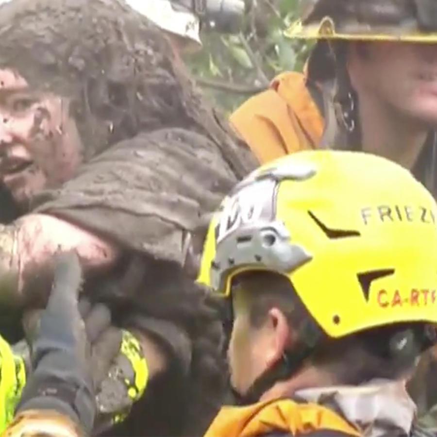 Los bomberos rescatan a una jovencita de los escombros tras un deslave en California el 9 de enero de 2018
