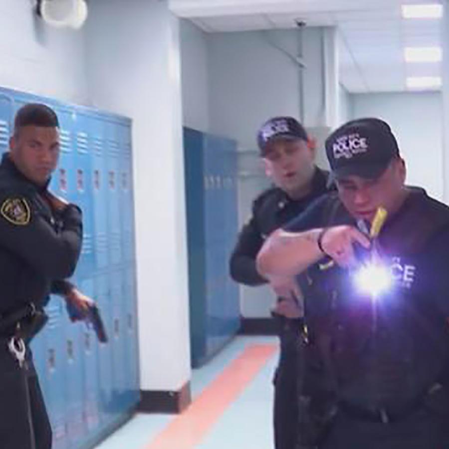 La policía de Nueva York realizan un simulacro para saber cómo actuar en un tiroteo escolar