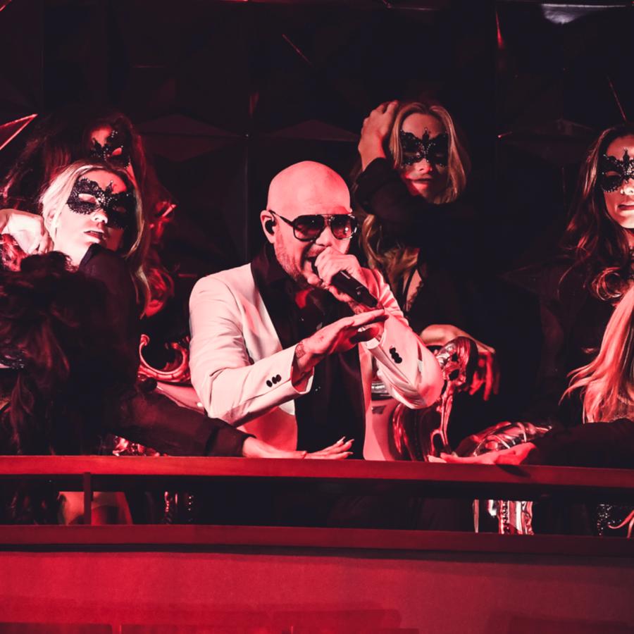 Pitbull cantando en los Latin AMAs 2018