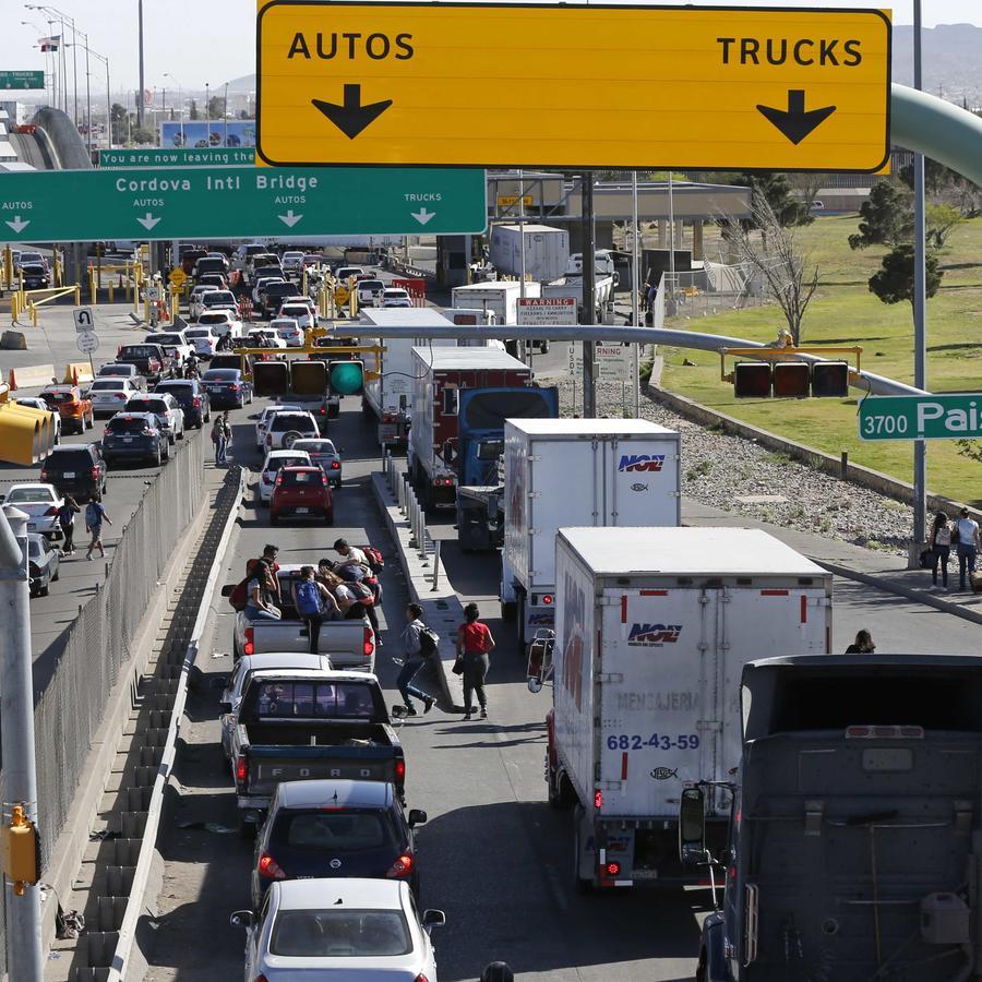 Vehículos hacen fila en El Paso, Texas para entrar a Chihuahua, México el 29 de marzo de 2019