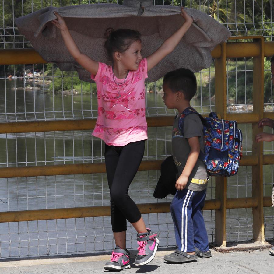 Niños migrantes caminan alrededor del río Suchiate, ubicado en la forntera entre Guatemala y México.
