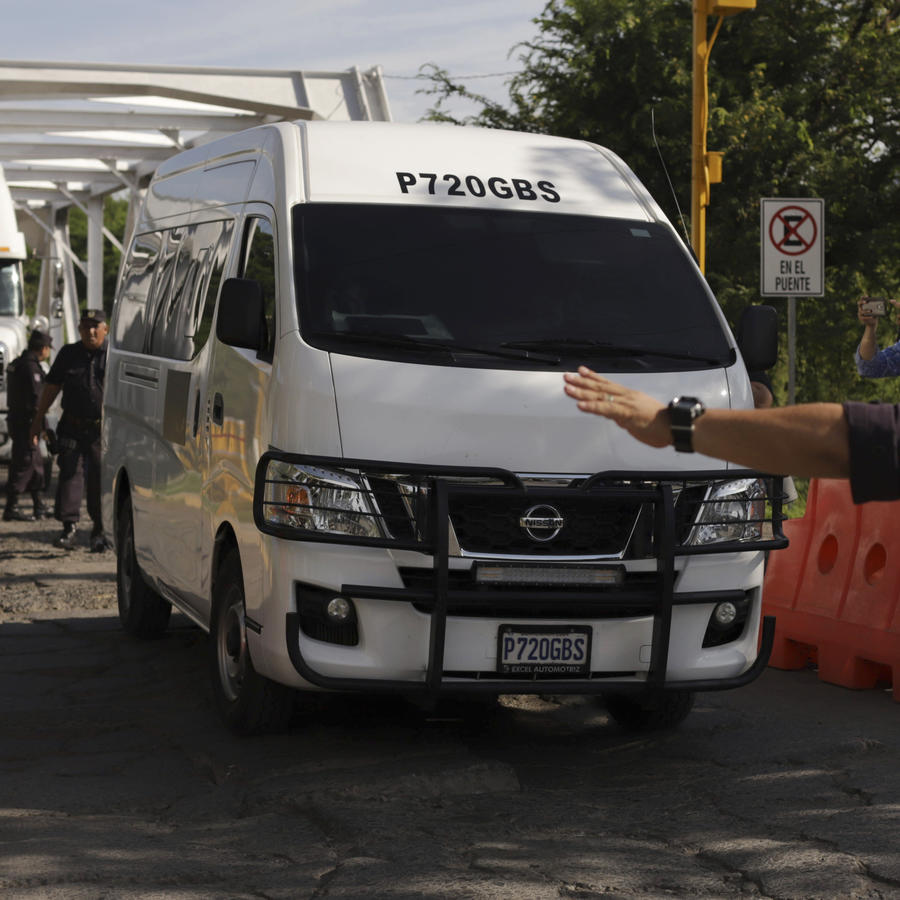 Los carros fúnebres que llevan los cuerpos de Óscar Alberto Martínez Ramírez y de su hija Valeria, arriban a El Salvador.