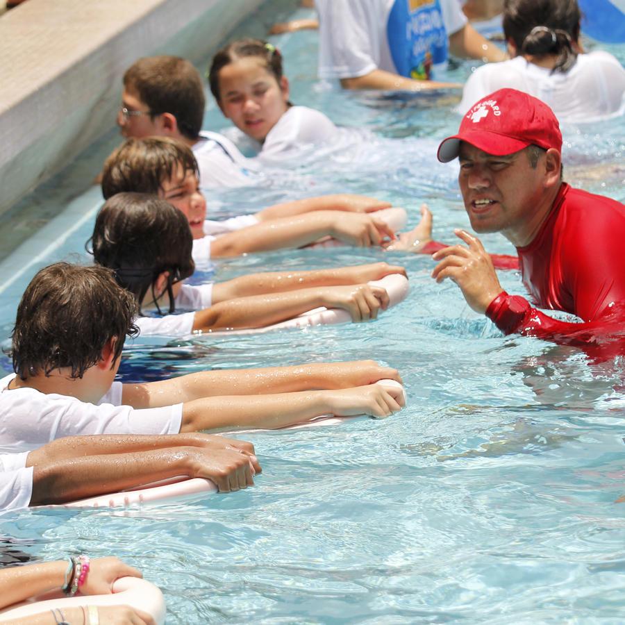 Niños con necesidades especiales aprenden a nadar.