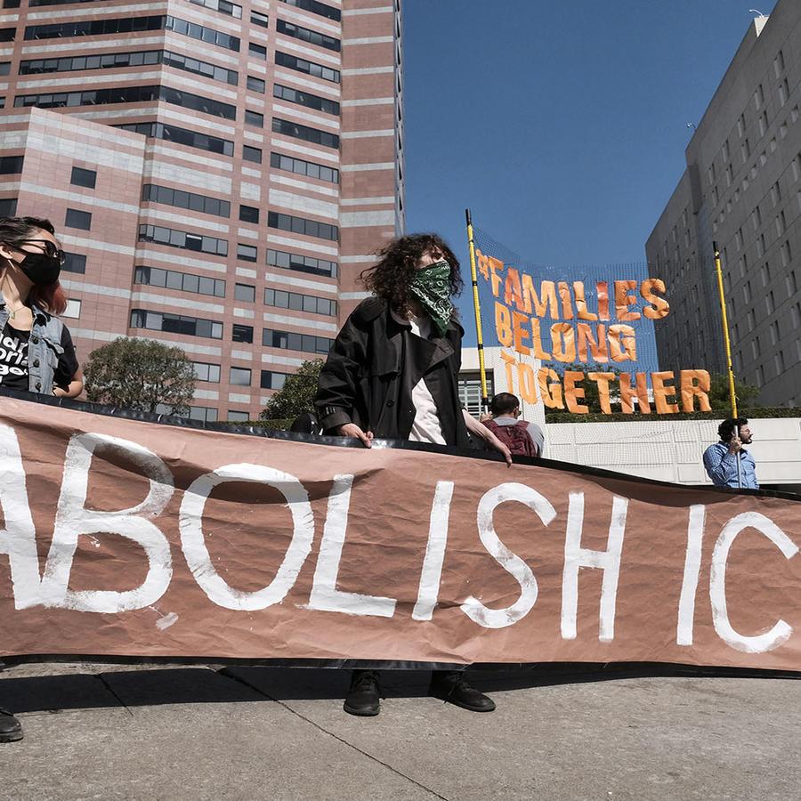 Manifestantes en Los Ángeles piden la abolición de ICE.