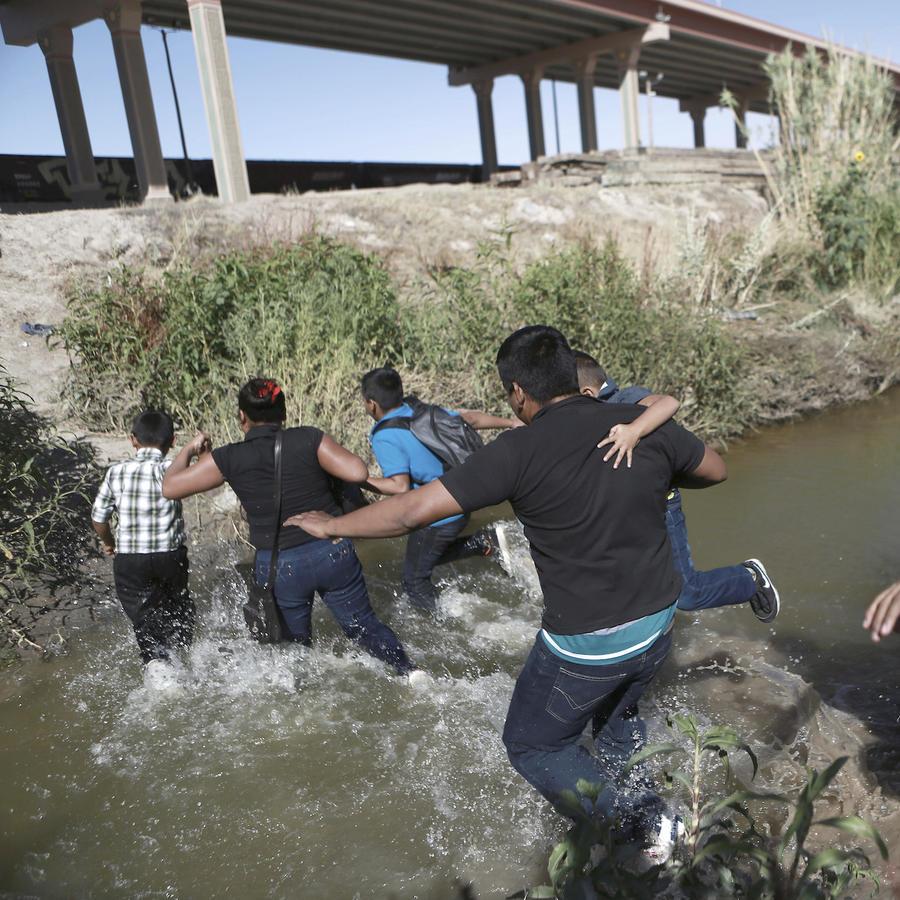Imagen de archivo de migrantes cruzando el Río Bravo, en la frontera entre Estados Unidos y México, en junio de este año.