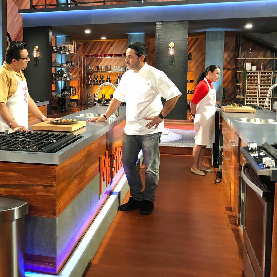 Chef Nelson Fernández evalúa el plato de Dennis Escalante en MasterChef Latino 2