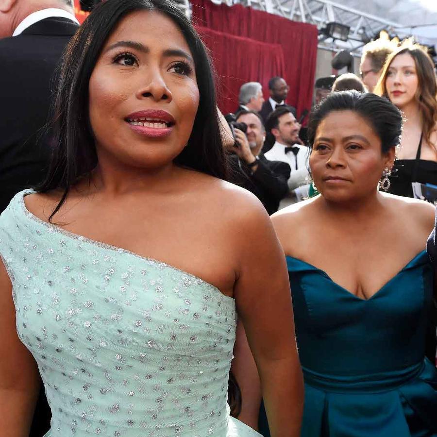 Yalitza Aparicio en la ceremonia de los Oscar con su mamá