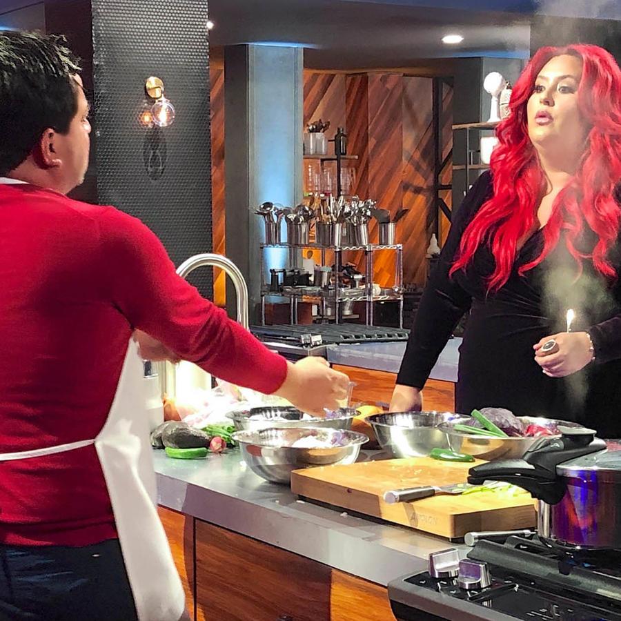 Javier Seañez le platica a la Chef Claudia Sandoval sobre su plato en la semifinal de MasterChef Latino 2