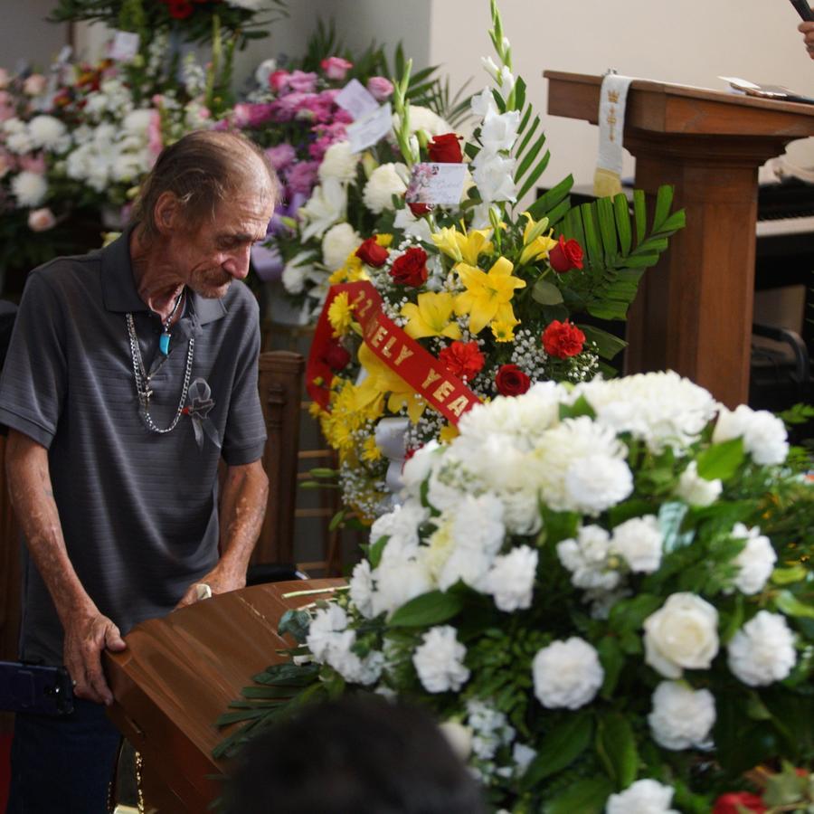 Antonio Basco, compañero de Margie Reckard, se apoya en su ataúd durante su funeral en El Paso