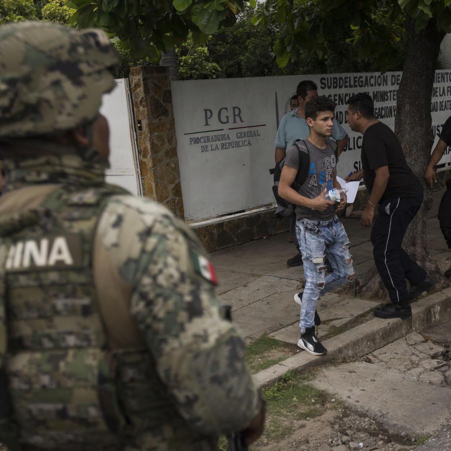 Soldados mexicanos custodian instalaciones del Instituto de Inmigración en Tapachula, Chiapas